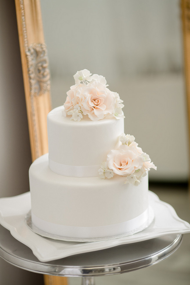Wedding Cakes Simple  25 Amazing All White Wedding Cakes